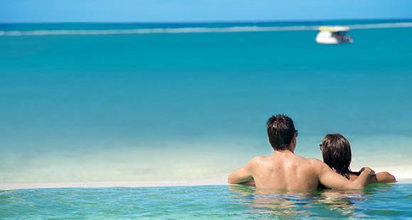 voyage-de-noces_couple-piscine